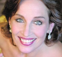 Andrea Marcovicci bows at cabaret series